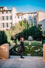 Femme dans les jardin du centre  d'art Caumont à Aix