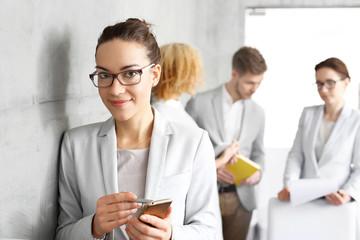 Poszukiwanie pracy. Kobieta czeka na rozmowę kwalifikacyjna w sprawie pracy w biurze