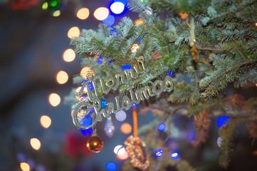 夜のクリスマス飾りとツリー
