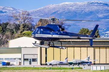 Un hélicoptère Bleu.