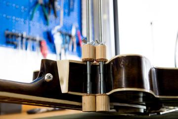 Naprawianie gitary w pracowni lutniczej