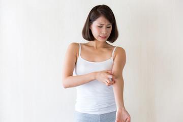 腕を掻く女性