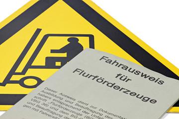 Fahrausweis für Flurförderzeuge mit Gefahrenschild isoliert auf weißem Hintergrund