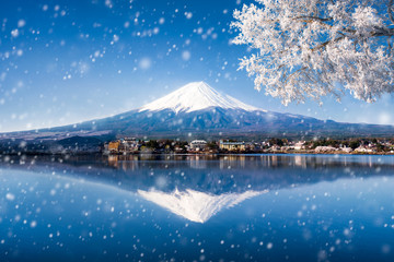 Wall Mural - Berg Fuji in Japan im Winter am See Kawaguchiko