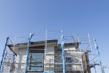 住宅 戸建て住宅建設現場 イメージ 足場 木造2階建て現場 完成間近 コピースペー