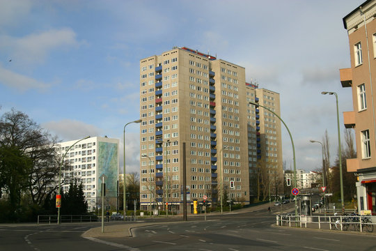 Plattenbau und Hochhaus