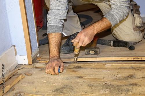ein dielenboden wird renoviert photo libre de droits sur la banque d 39 images. Black Bedroom Furniture Sets. Home Design Ideas