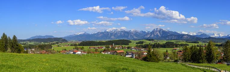 weiß-blauer Himmel am ostallgäuer Alpenrand