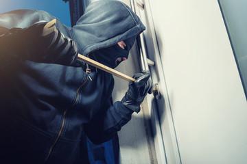 Einbrecher hebelt Wohnungstüre auf