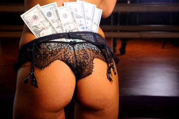 Женская попа с деньгами