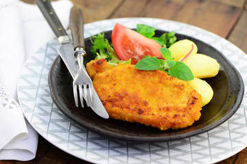 Schnitzel mit Kartoffeln und Salat