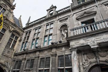Historisches Rathaus mit Flaggen und Goldschmuck in Voerne,  Bel