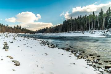 Isar bei Wolfratshausen an einem schönen Wintertag - aufgenommen mit Langzeitbelichtung