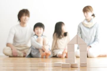 積み木で作った家と家族