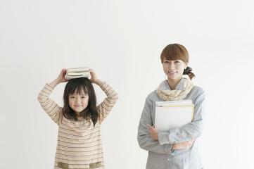 本を持ち微笑む親子