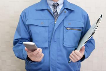 スマートフォンを持つ労働者