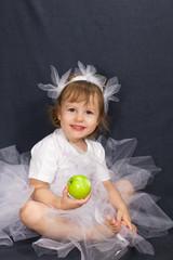 Девочка сидит, держит яблоко