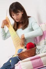 une femme qui tricote