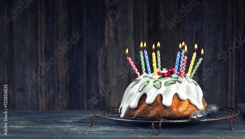 kuchen mit brennenden kerzen zum geburtstag immagini e fotografie royalty free su. Black Bedroom Furniture Sets. Home Design Ideas