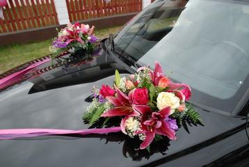 Fragment przystrojonego samochodu do ślubu