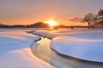朝陽の雪原