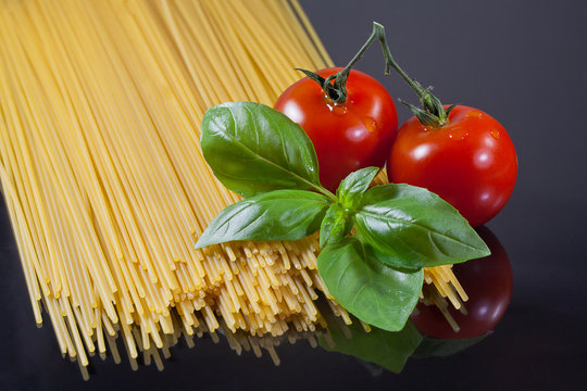 Spagetti Nudeln mit Tomate und Basilikum