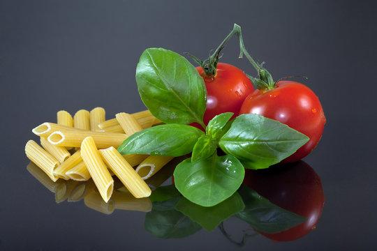 Penne lisce Nudeln mit Tomate und Basilikum
