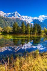 Foto auf Gartenposter Reflexion The lake in early autumn in Chamonix