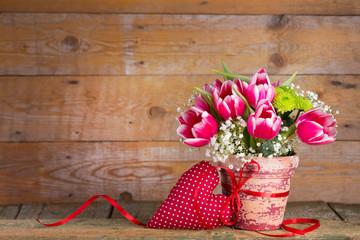 Blumenstrauß mit Herz auf Holz