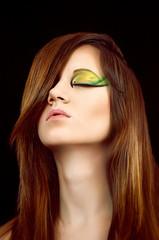 Красивая девушка брюнетка с необычным макияжем глаз