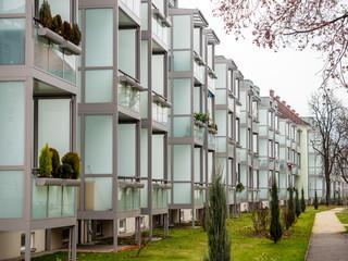 In älteren Wohngebäuden wurden Balkone angebaut