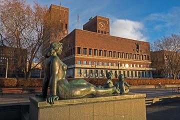 Figur vor dem Osloer Rathaus