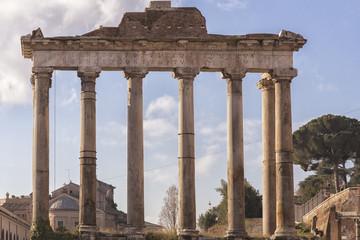 Tempio con colonne risalente all'Impero Romano nei Fori Imperiali di Roma, Italia.