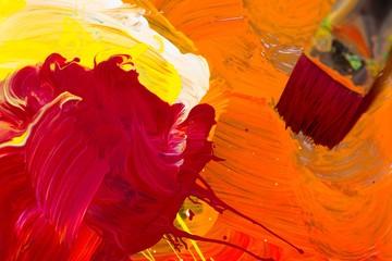 Farbmischung mit Gouache-Farben, Rot, Orange, Gelb mit Pinsel