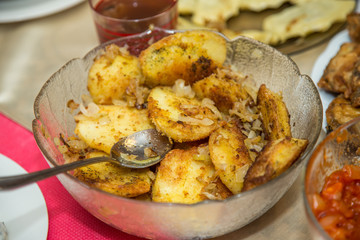 Tradycyjna potraa, zapiekane ziemniaki w panierce na stole, potrawa wigilijana