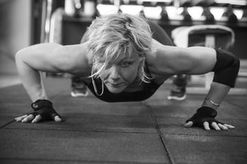 femme dans une salle de musculation fitness