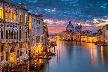 Photo sur Aluminium Venise Venice. Cityscape image of Grand Canal in Venice, with Santa Maria della Salute Basilica in the background.