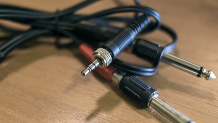Audio connectors with intertwined wires
