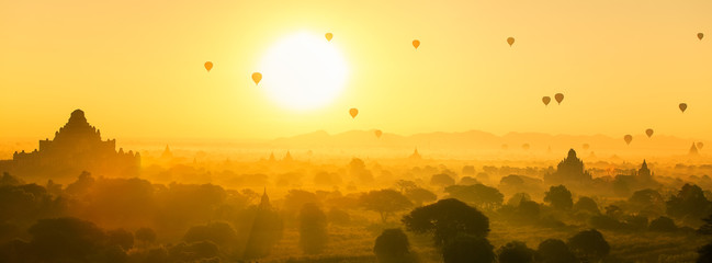 Poster Montgolfière / Dirigeable Hot air balloon over plain and pagoda of Bagan in misty morning