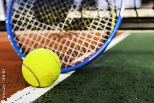 balle de tennis et raquettes sur terrain de tennis\