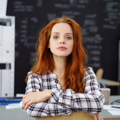 selbstbewusste frau im büro