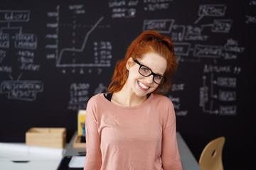 glückliche studentin lehnt am schreibtisch