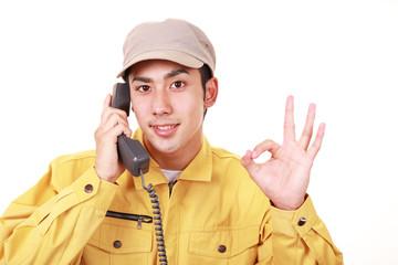 通話中の笑顔の男性