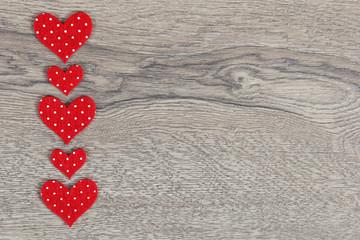 Herzen auf Holzhintergrund