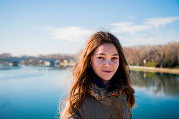Fillette sur le Pont d'Avignon, on y danse !