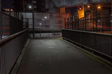 高架下の暗い夜道