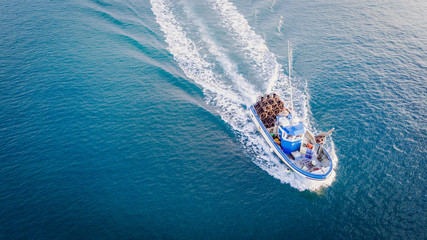 Fischerboot auf dem Meer/Fahrendes Schiff aus der Luft