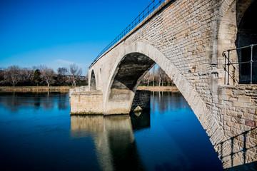 Sur le Pont d'Avignon, on y danse !