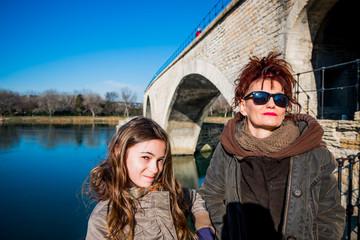 Fillette et femme au pied du Pont d'Avignon, on y danse !