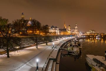 Terrassenufer in Dresden in der Nacht mit Schnee